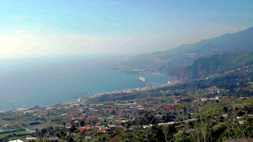 Blick auf Santa Cruz de La Palma und den Kreuzfahrthafen