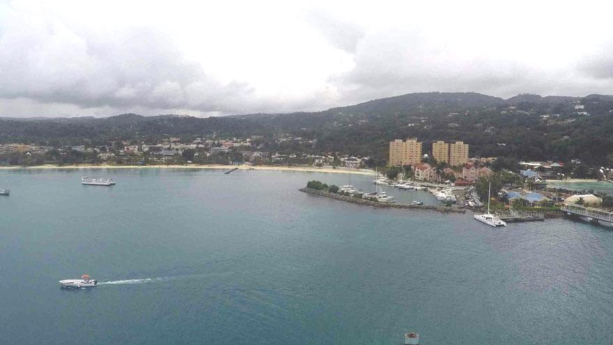 Blick vom Schiff auf den Ocho Rios Bay Beach