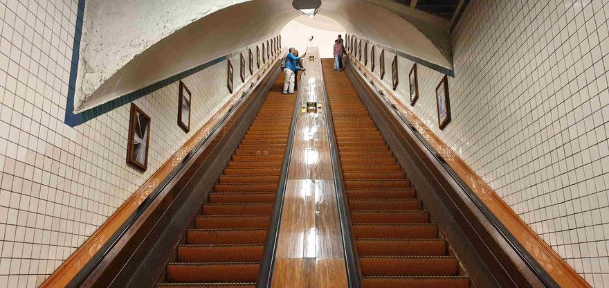 hölzerne Rolltreppe aus den 1930er Jahren im Sint Annatunnel