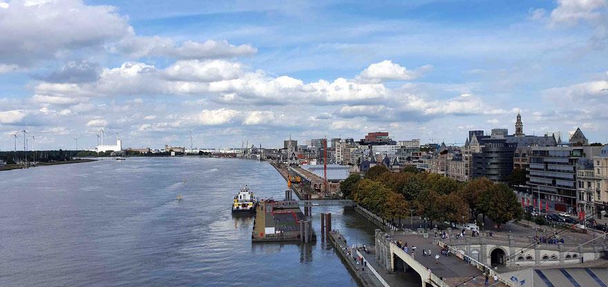 Blick vom Schiff auf das Terminal und die Stadt