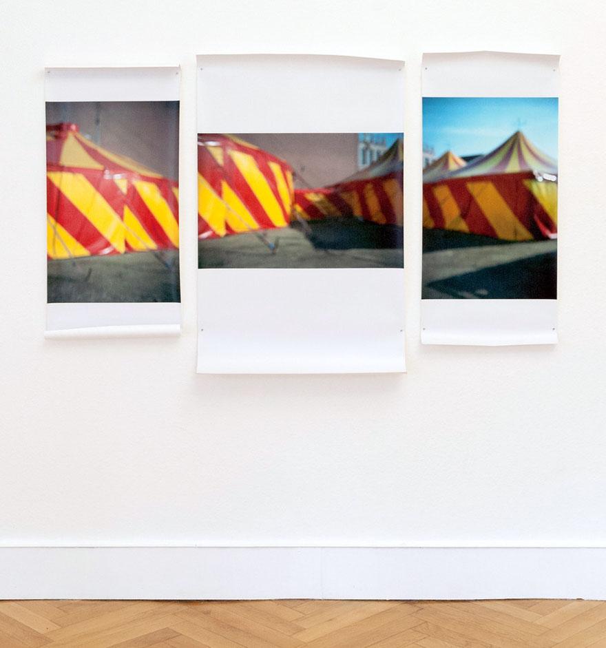"""Zelt"" Triptychon, Ausstellungsansicht ""Populäre Gegensätze"", mit Susanne Ring, Galerie Villa Köppe, Berlin"
