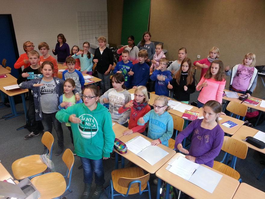 Die Schülerinnen und Schüler der Gesangsklasse proben im Unterricht