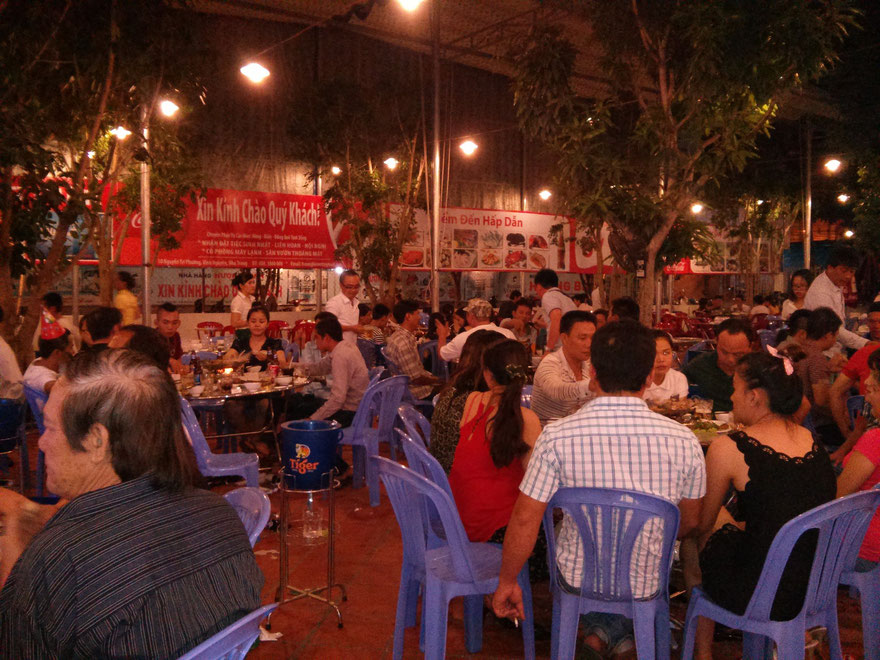 Many guests in restaurant Huong Bien