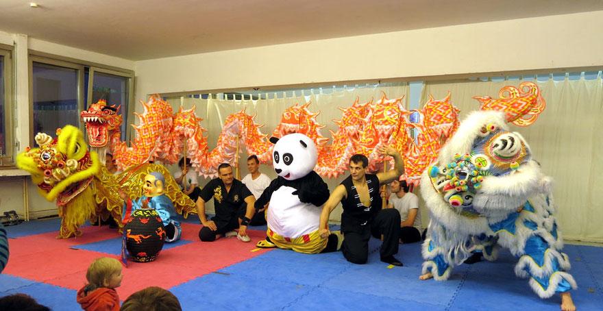 Kung Fu Show in der Jing Wu Schule Köln mit Löwen, Drachen, Mönch etc.