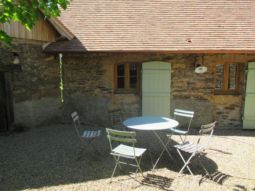 Gîte pour 2 personnes, avec deux couchages de 90 cm supplémentaires en mezzanine ouverte.