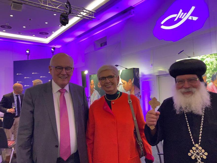 S.E. Bischof Anba Damian mit Dr. Med. Elisabeth Kauder und Herr Volker Kauder