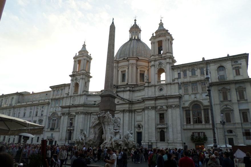 Derrière la fontaine, la très belle église Sant' Agnese in Agone de Borromini (1657)