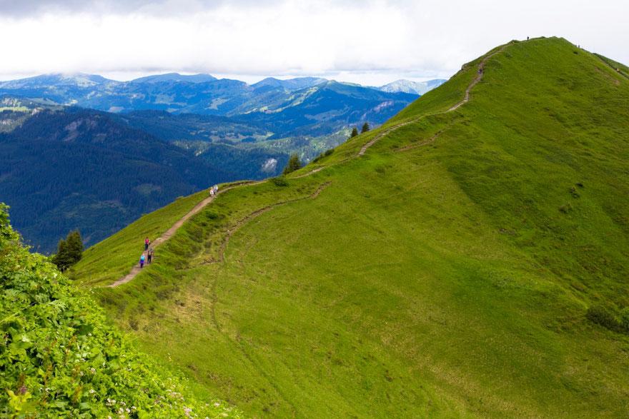 Forarlbergo Alpių takeliais vasarą vaikštinėja kalnų turistai