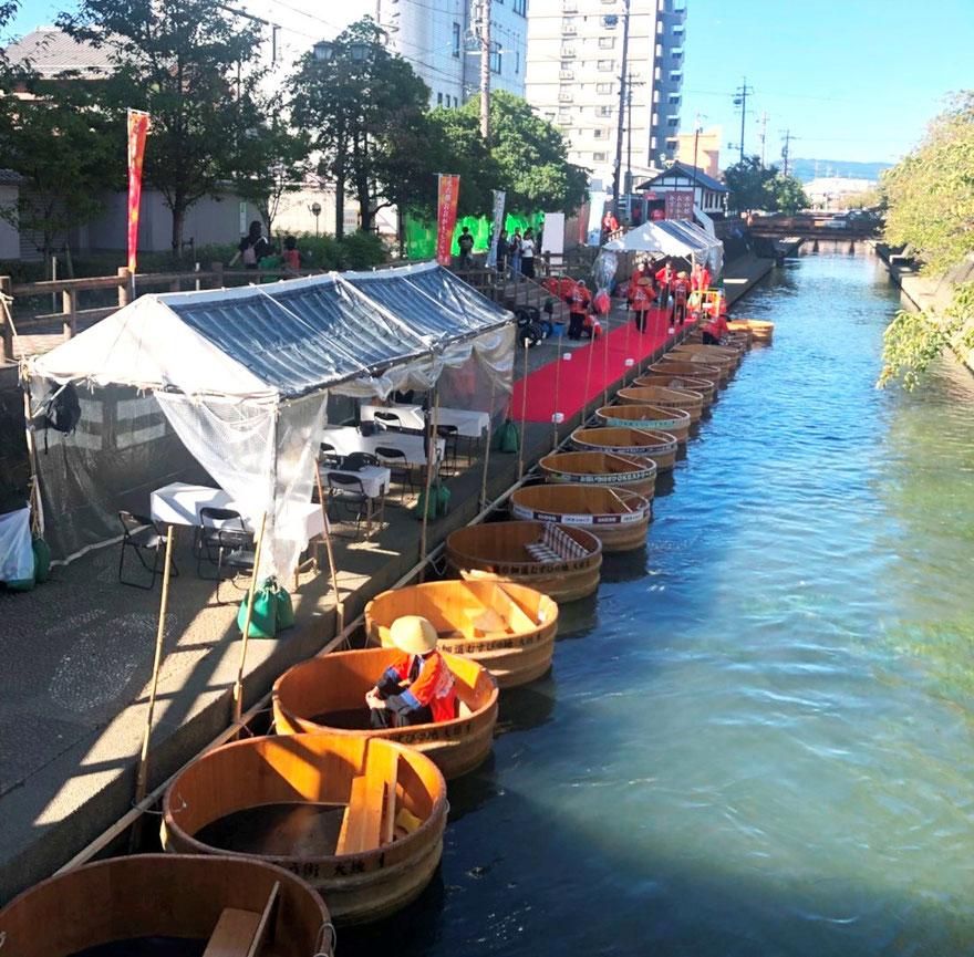 こんな風にたらい舟は出発を待っています。 ズラッと並ぶ姿も圧巻!!