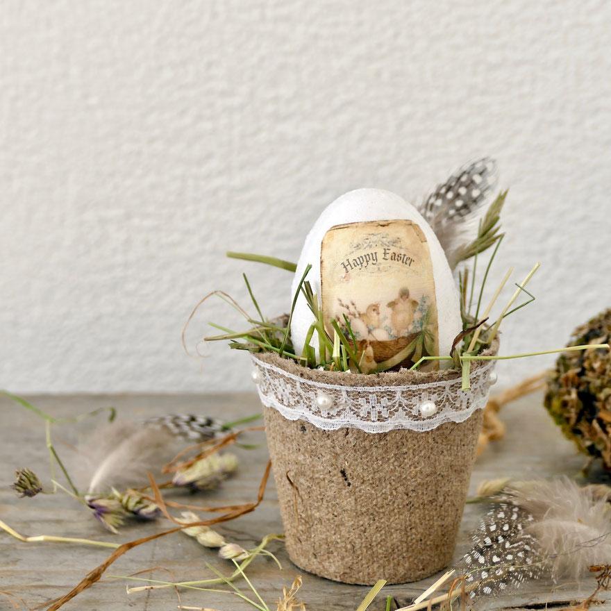 Osterei mit Stoff bezogen im Aussaat Töpfchen dekoriert