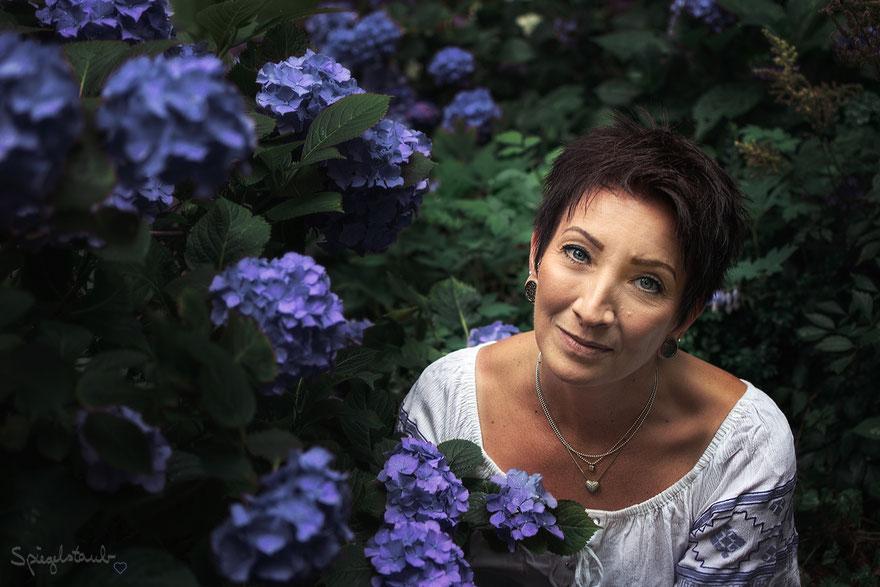 Meine Kundin Andrea mit den wunderbaren Hortensien in einem Berliner Hinterhof