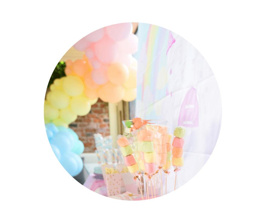 Ballons bei Entertainment for Kids. Eine grün-weiße Ballongirlande ist mit Blättern um einem großen Reifen dekoriert.