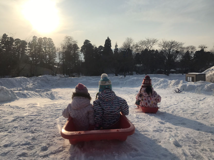 Many children love the snow slide, of course they play also at night.Sled rental only 200Yen in a day.