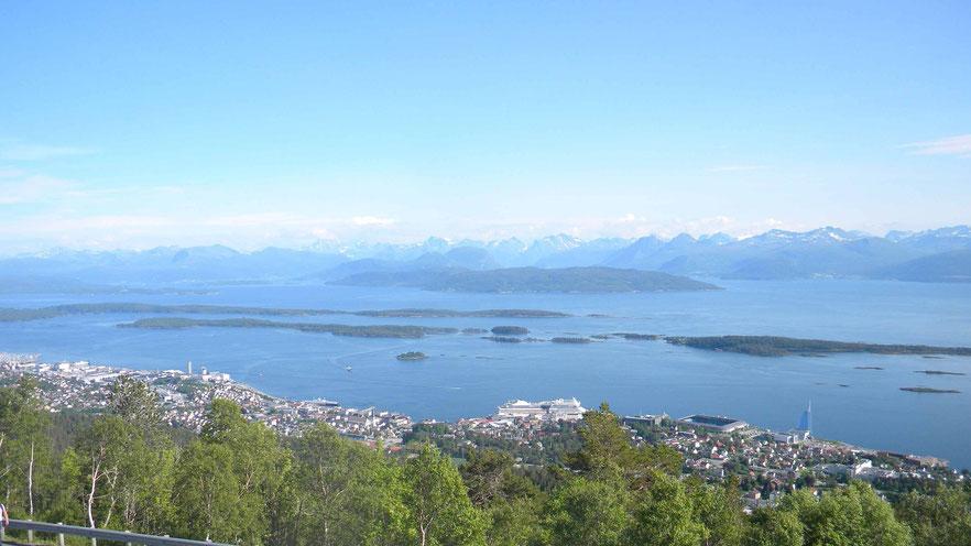Blick vom Varden auf Molde und die AIDA.