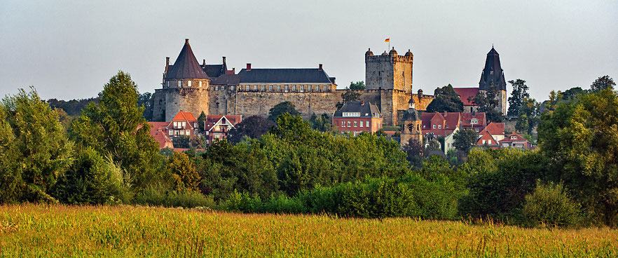 Burg Bentheim: wohl mehr als 1000 Jahre alt - erste schriftliche Erwähnung im Jahr 1050 mit Bezug auf Besitzverhältnisse von 1020