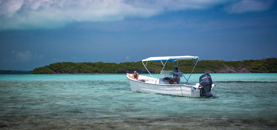 Fly fish Venezuela, FFTC.club saltwater destination, Los Roques, Skiff on the shore, Fly fish saltwater destinations for Jacks, Barracudas, Bonefish, Snapper, Snook, Bonitos.