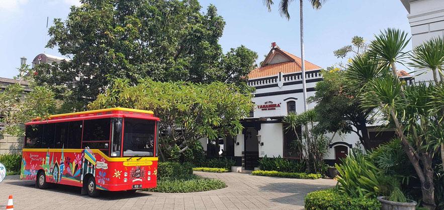 Heritage-Bus vor dem Zigarettenmuseum
