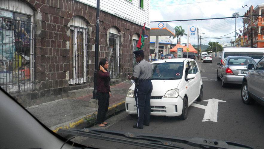Erwischt! Die Fahrerin muss am Straßenrand antreten.