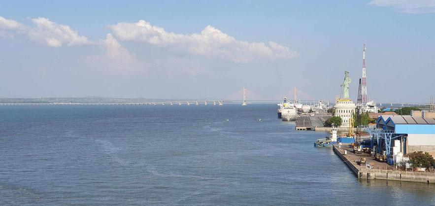 Blick vom Schiff auf die Suramadu Brücke