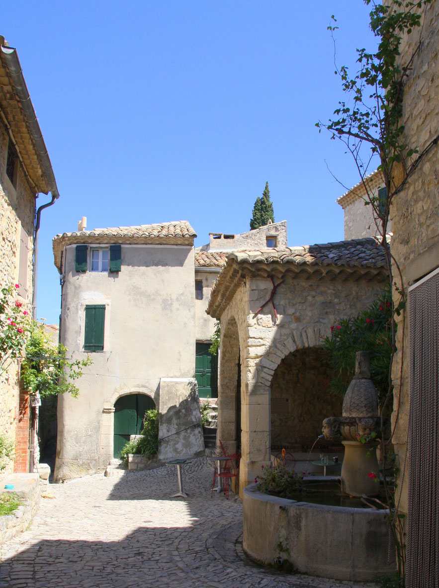 Bild: Fontaine de Mascarons (Brunnen der Masken) in Séguret, Vaucluse, Provence
