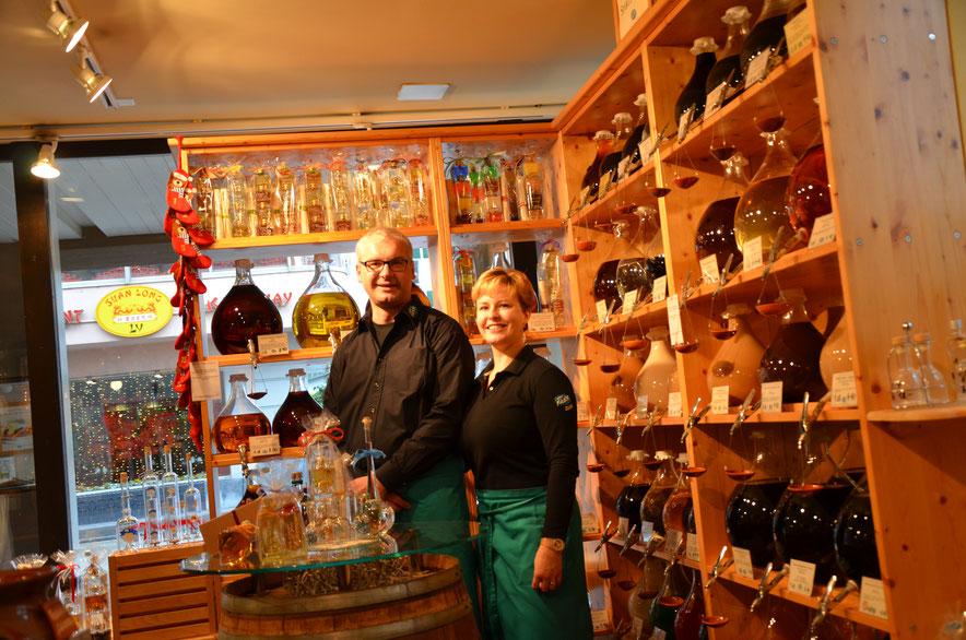 Katarina und Eggert Philipp in ihrem Vom Fass-Geschäft in Zug, nahe der Zuger Altstadt. Copyright: K&E Philipp