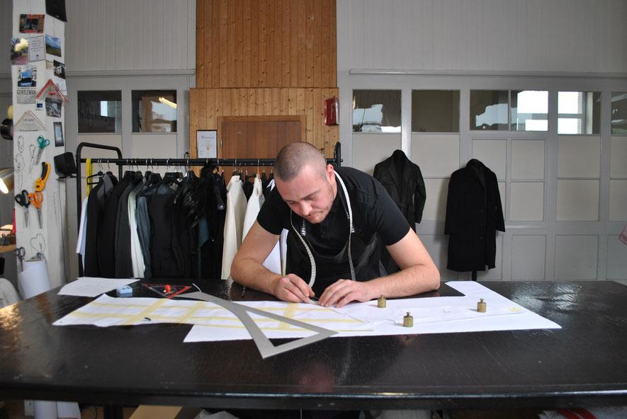 Luka Maurer beim Zeichnen in seinem Atelier.