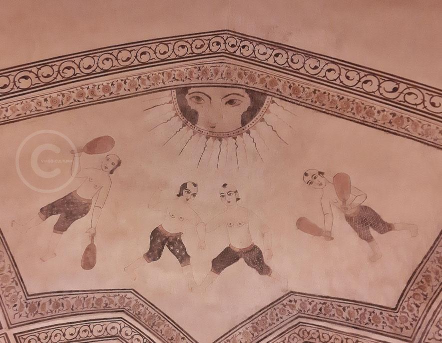 Gli atleti del Varzesh-e pahlavānī raffigurati sulle pareti dell'hammam storico di Ali Gholi Agha - Esfahan (Iran)
