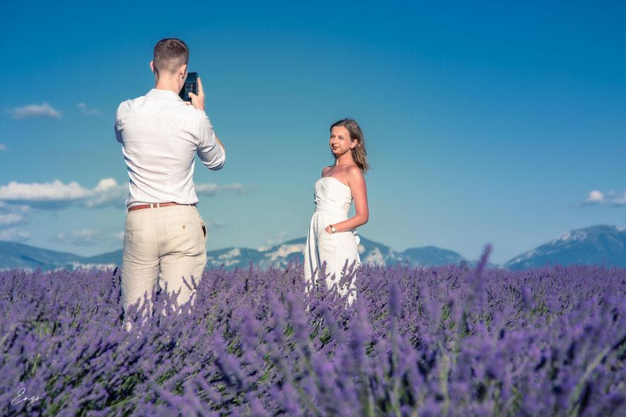 Demande de mariage dans un champ de lavande en provence