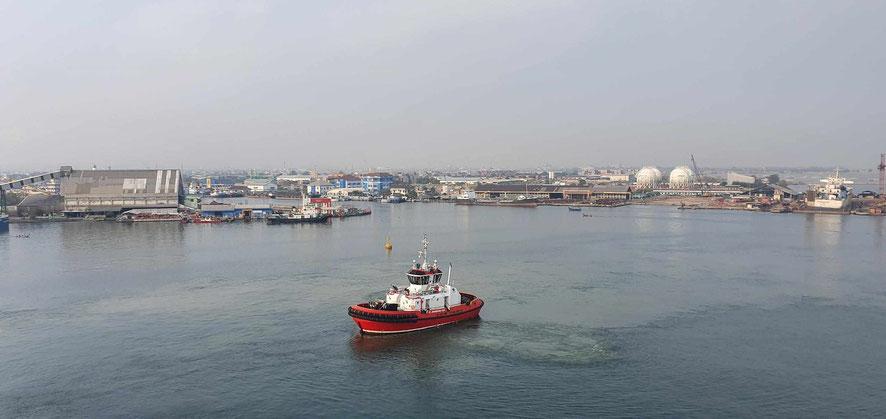 Einfahrt in den Hafen von Semarang