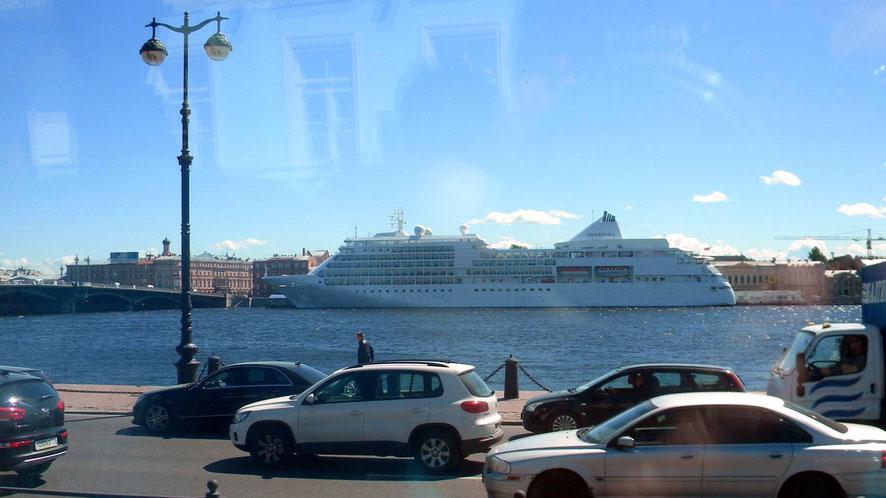 Liegeplatz für Kreuzfahrtschiffe auf der Newa in der Nähe der Eremitage