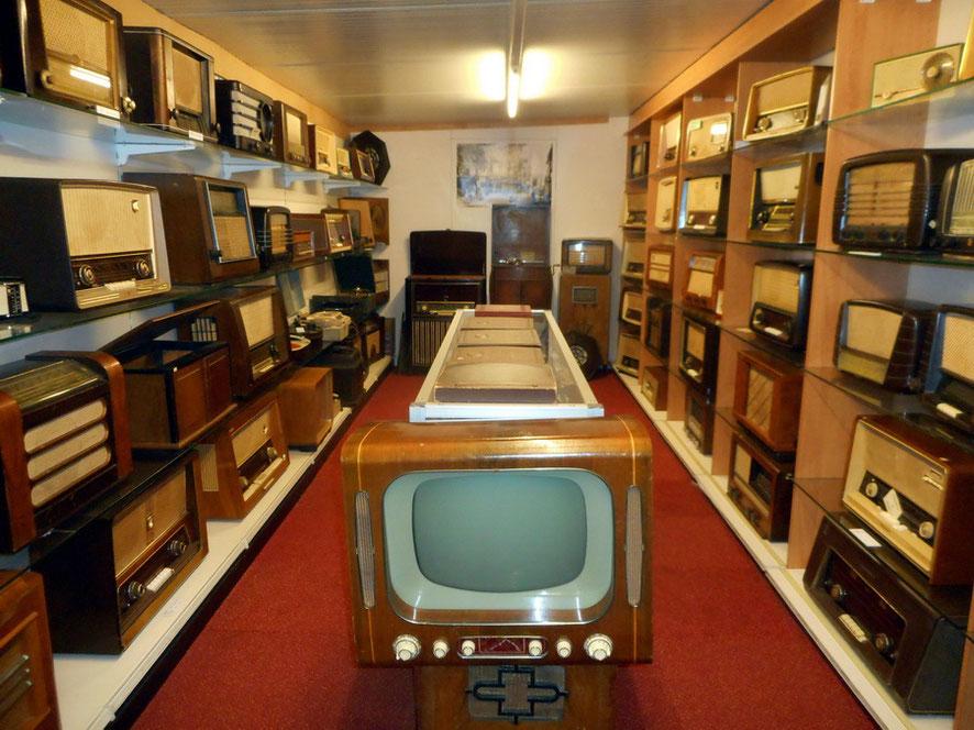 "<img src=""image.jpg"" alt=""Het Radiomuseum in het Luchtvaart- en Oorlogsmuseum op Texel"">"