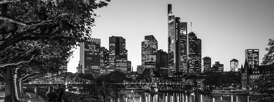 Sachsenhäuser Ufer in Frankfurt als Schwarzweißphoto im Panorama-Format