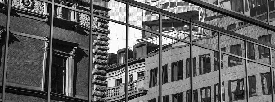 Willy-Brandt-Platz in Frankfurt als Schwarzweißphoto im Panorama-Format