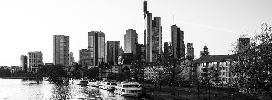 Frankfurt am Main 2020 als Schwarzweißphoto im Panorama-Format.