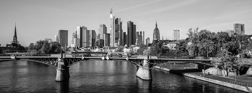 Frankfurt am Main skyline als Schwarzweißphoto im Panorama-Format