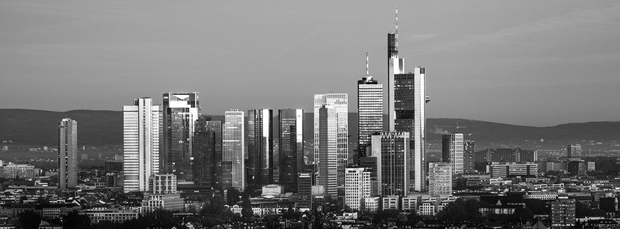 Skyline Frankfurt am Main Schwarzweißphoto im Panorama-Format