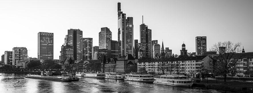 Frankfurt am Main by night als Schwarzweißphoto im Panorama-Format.