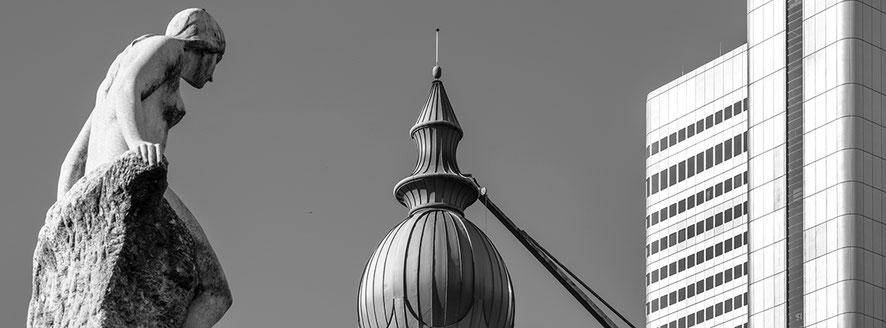 An der Gallusanlage in Frankfurt als Schwarzweißphoto im Panorama-Format