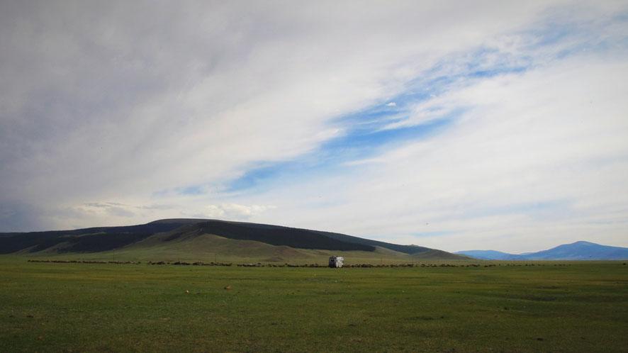 bigousteppes mongolie troupeau lac blanc camion mercedes