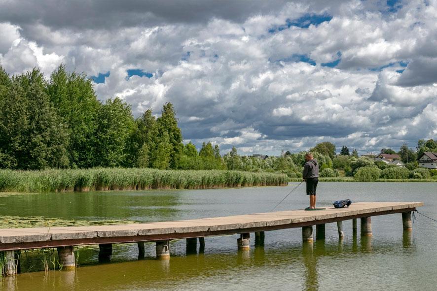 Žvejas prie Vyžuonaičio ežero Utenoje