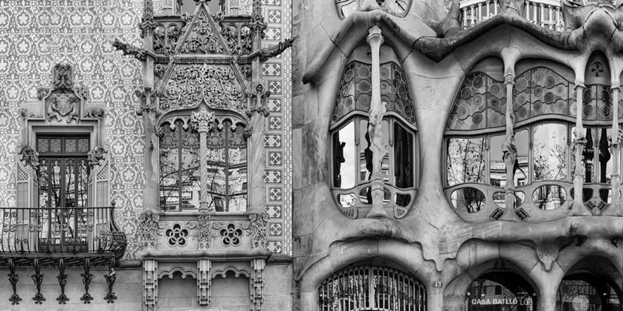 PROPORCIÓN 1:2 _  La Casa Amatller de Josep Puig i Cadafalch y la Casa Batlló de Antoni Gaudí.  Foto S_007 Color y Blanco y Negro