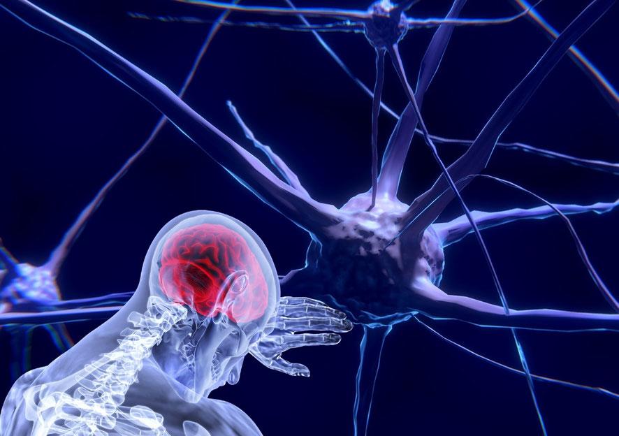 Neuroni e persona con cervello infiammato
