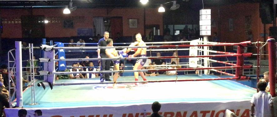 Der Highkick des thailändischen Muay Thai-Kämpfers trifft mit einem lauten Klatschen ins Gesicht des russischen Kontrahenten.
