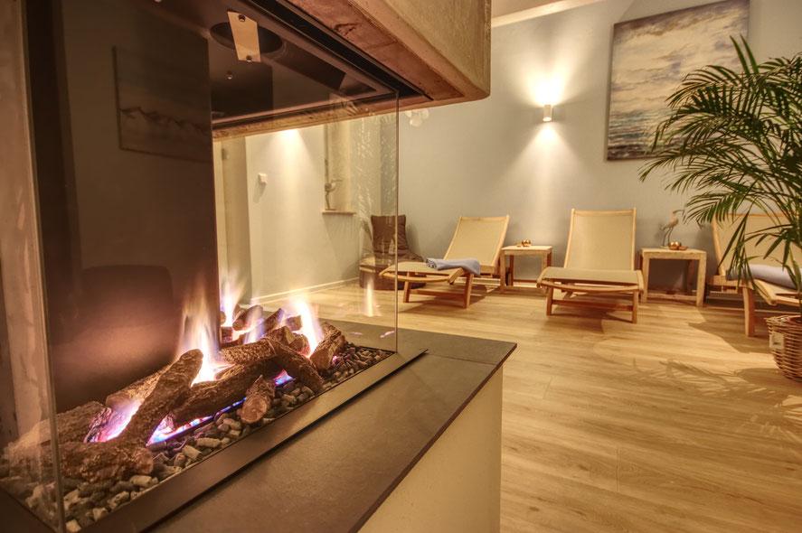 Ruheraum mit Gas-Kamin im Friesenhof-SPA Wellnessbereich