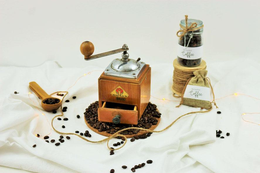 eine Kaffeemühle als Dekoration für die Hochzeit, gemeinsam Kaffee mahlen als Trauritual, heiraten mit einer Kaffeemühle