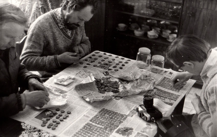 Archeologai skaičiuoja Tauragnų lobio monetas / Foto: Utenos kraštotyros muziejus