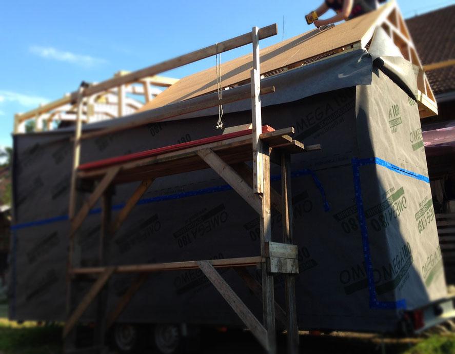 """Das """"Skelett"""" des Dachs ist fix, hier befestigen wir die ersten Unterdeckplatten. Das Foto verzerrt die Dimensionen, die Wände sind natürlich in echt schön gerade :P"""