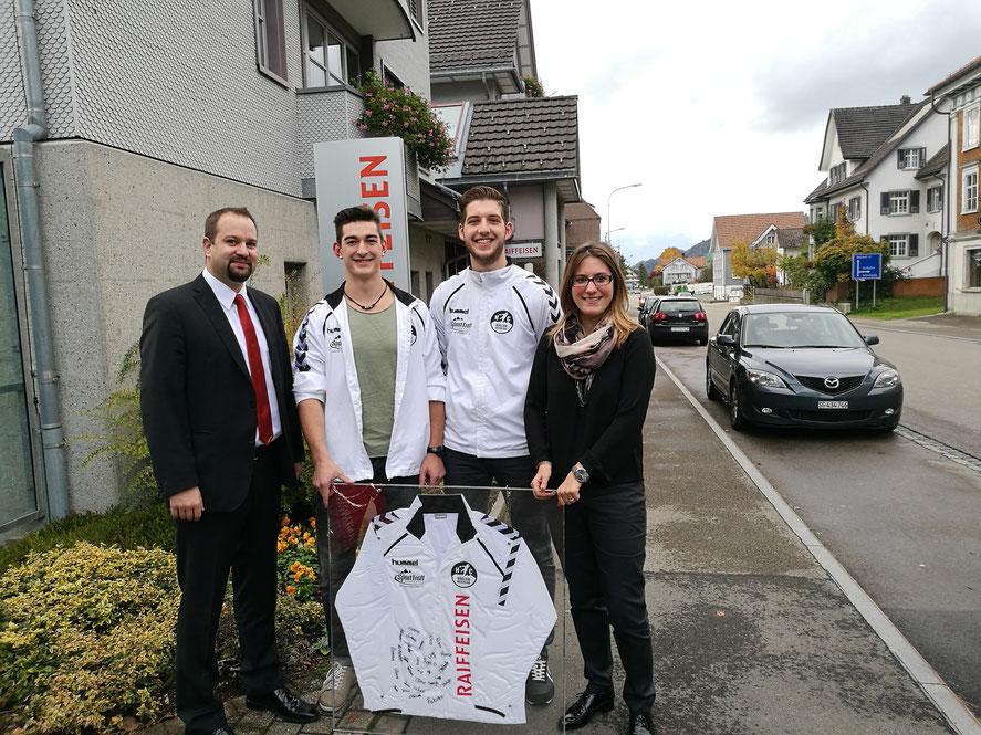 Benjie Egloff (l.) und Petra Fux (r.) von der Raiffeisenbank Obertoggenburg mit dem eingerahmten Clubtrainer neben dem Verantwortlichen Sponsoring Philipp Ziehler und Clubpräsidenten Marco Tschirky
