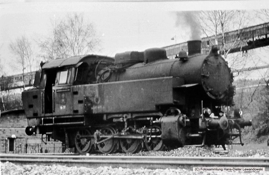 Saarberg-Lok 37 an einem ihrer letzten Einsatztage auf den Gleisen den Grubenbahnhofes Landsweiler-Reden.