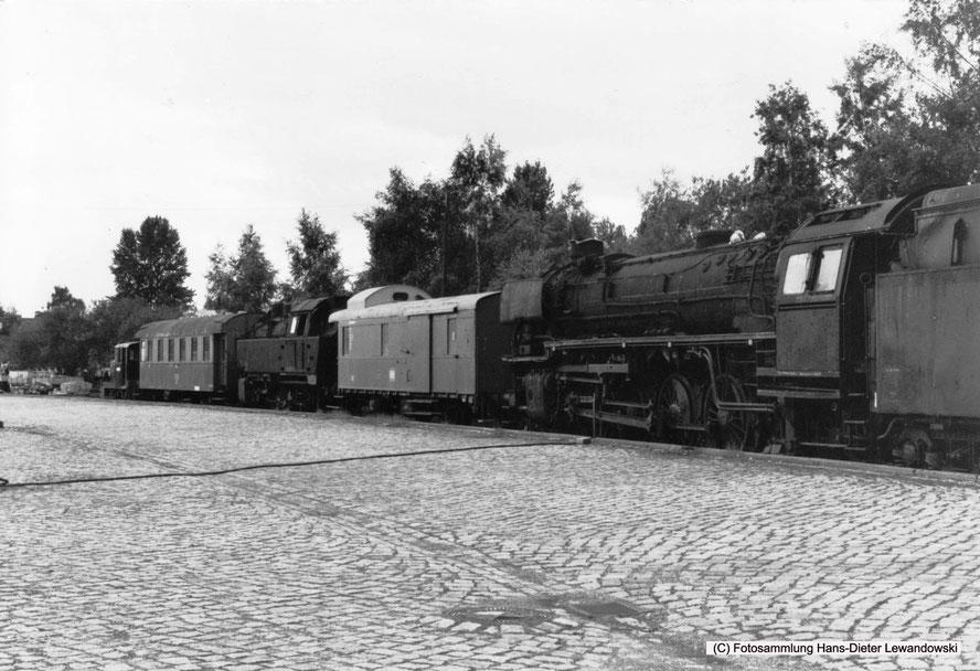 Ankunft des von der damaligen Dampflok-Gemeinschaft 41 06 e.V. betreuten rollfähigen Fahrzeugparks an der ehemaligen Ladestraße im Bahnhof Salzgitter-Bad.